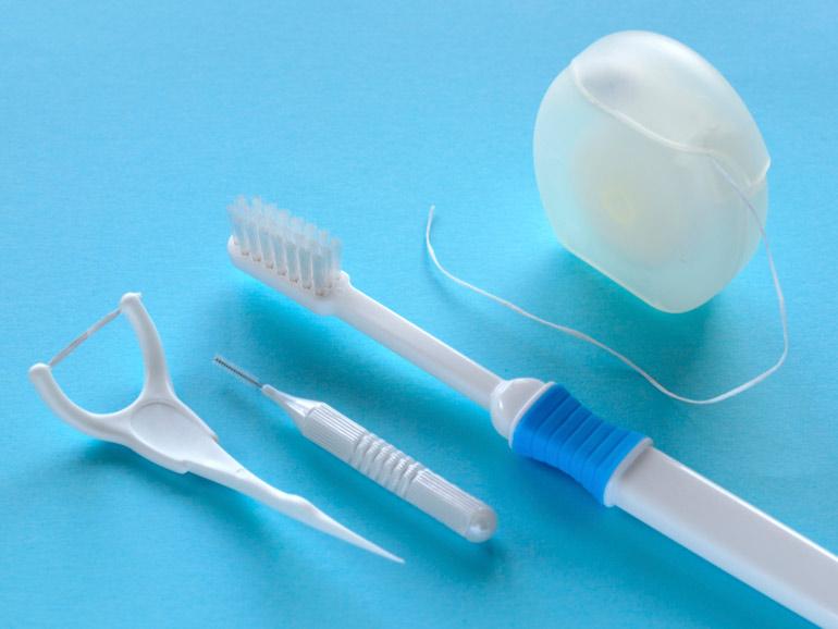 歯ブラシだけでは不十分!必ずフロスも使いましょう(御徒町新御徒町上野歯医者歯科)